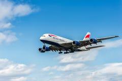 LONDRES, INGLATERRA - 22 DE AGOSTO DE 2016: Aterrizaje de G-XLEJ British Airways Airbus A380 en el aeropuerto de Heathrow, Londre Imagen de archivo