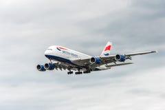 LONDRES, INGLATERRA - 22 DE AGOSTO DE 2016: Aterrizaje de G-XLEK British Airways Airbus A380 en el aeropuerto de Heathrow, Londre Imagen de archivo libre de regalías