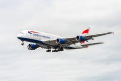LONDRES, INGLATERRA - 22 DE AGOSTO DE 2016: Aterrizaje de G-XLEK British Airways Airbus A380 en el aeropuerto de Heathrow, Londre Foto de archivo