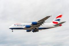 LONDRES, INGLATERRA - 22 DE AGOSTO DE 2016: Aterrizaje de G-XLEK British Airways Airbus A380 en el aeropuerto de Heathrow, Londre Imágenes de archivo libres de regalías