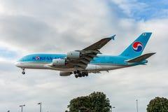 LONDRES, INGLATERRA - 22 DE AGOSTO DE 2016: Aterrizaje de HL7619 Korean Air Airbus A380 en el aeropuerto de Heathrow Imagenes de archivo