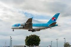 LONDRES, INGLATERRA - 22 DE AGOSTO DE 2016: Aterrizaje de HL7619 Korean Air Airbus A380 en el aeropuerto de Heathrow, Londres Imagen de archivo