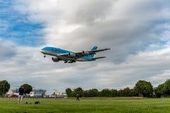 LONDRES, INGLATERRA - 22 DE AGOSTO DE 2016: Aterrizaje de HL7619 Korean Air Airbus A380 en el aeropuerto de Heathrow, Londres Fotografía de archivo libre de regalías