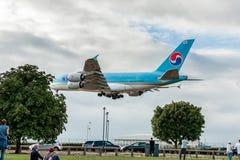 LONDRES, INGLATERRA - 22 DE AGOSTO DE 2016: Aterrizaje de HL7619 Korean Air Airbus A380 en el aeropuerto de Heathrow, Londres Imagenes de archivo