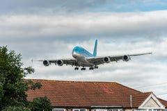 LONDRES, INGLATERRA - 22 DE AGOSTO DE 2016: Aterrizaje de HL7619 Korean Air Airbus A380 en el aeropuerto de Heathrow, Londres Fotografía de archivo