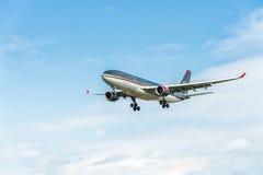 LONDRES, INGLATERRA - 22 DE AGOSTO DE 2016: Aterrizaje de JY-AIF Royal Jordanian Airbus A330 en el aeropuerto de Heathrow, Londre Imagen de archivo libre de regalías