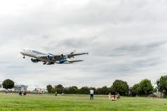 LONDRES, INGLATERRA - 22 DE AGOSTO DE 2016: Aterrizaje de 9M-MNE Malaysia Airlines Airbus A380 en el aeropuerto de Heathrow, Lond Fotos de archivo libres de regalías