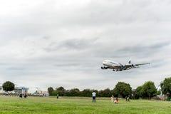 LONDRES, INGLATERRA - 22 DE AGOSTO DE 2016: Aterrizaje de 9M-MNE Malaysia Airlines Airbus A380 en el aeropuerto de Heathrow, Lond Foto de archivo libre de regalías