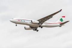 LONDRES, INGLATERRA - 22 DE AGOSTO DE 2016: Aterrizaje de OD-MEE MEA Airlines Airbus A330 en el aeropuerto de Heathrow, Londres Imagenes de archivo