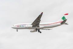 LONDRES, INGLATERRA - 22 DE AGOSTO DE 2016: Aterrizaje de OD-MEE MEA Airlines Airbus A330 en el aeropuerto de Heathrow, Londres Fotos de archivo libres de regalías
