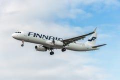 LONDRES, INGLATERRA - 22 DE AGOSTO DE 2016: Aterrizaje de OH-LZK Finnair Airbus A321 en el aeropuerto de Heathrow, Londres Foto de archivo