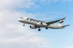 LONDRES, INGLATERRA - 22 DE AGOSTO DE 2016: Aterrizaje de OH-LZK Finnair Airbus A321 en el aeropuerto de Heathrow, Londres Imagenes de archivo