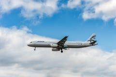 LONDRES, INGLATERRA - 22 DE AGOSTO DE 2016: Aterrizaje de SX-DGT Aegean Airlines Airbus A321 en el aeropuerto de Heathrow, Londre Fotografía de archivo libre de regalías