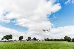 LONDRES, INGLATERRA - 22 DE AGOSTO DE 2016: Aterrizaje de SX-DGT Aegean Airlines Airbus A321 en el aeropuerto de Heathrow, Londre Foto de archivo