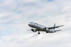 LONDRES, INGLATERRA - 22 DE AGOSTO DE 2016: Aterrizaje de SX-DGT Aegean Airlines Airbus A321 en el aeropuerto de Heathrow, Londre Imágenes de archivo libres de regalías