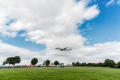 LONDRES, INGLATERRA - 22 DE AGOSTO DE 2016: Aterrizaje de SX-DGT Aegean Airlines Airbus A321 en el aeropuerto de Heathrow, Londre Fotos de archivo libres de regalías