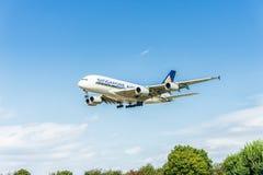 LONDRES, INGLATERRA - 22 DE AGOSTO DE 2016: Aterrizaje de 9V-SKB Singapore Airlines Airbus A380 en el aeropuerto de Heathrow, Lon Foto de archivo