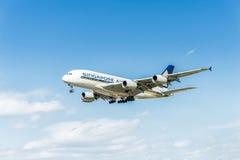 LONDRES, INGLATERRA - 22 DE AGOSTO DE 2016: Aterrizaje de 9V-SKB Singapore Airlines Airbus A380 en el aeropuerto de Heathrow, Lon Imagenes de archivo