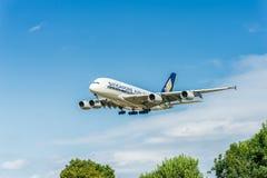 LONDRES, INGLATERRA - 22 DE AGOSTO DE 2016: Aterrizaje de 9V-SKB Singapore Airlines Airbus A380 en el aeropuerto de Heathrow, Lon Imagen de archivo libre de regalías