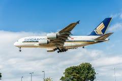 LONDRES, INGLATERRA - 22 DE AGOSTO DE 2016: Aterrizaje de 9V-SKB Singapore Airlines Airbus A380 en el aeropuerto de Heathrow, Lon Fotos de archivo