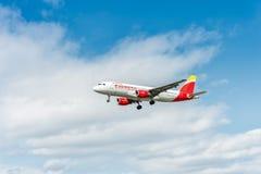 LONDRES, INGLATERRA - 22 DE AGOSTO DE 2016: Aterrizaje expreso de EC-JFH Iberia Airbus A320 en el aeropuerto de Heathrow, Londres Foto de archivo libre de regalías