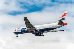 LONDRES, INGLATERRA - 22 DE AGOSTO DE 2016: G-VIID British Airways Boeing 777 que aterriza en el aeropuerto de Heathrow, Londres fotos de archivo libres de regalías