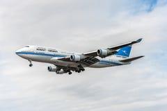 LONDRES, INGLATERRA - 22 DE AGOSTO DE 2016: 9K-ADE Kuwait Airways Boeing 747 que aterra no aeroporto de Heathrow imagem de stock royalty free