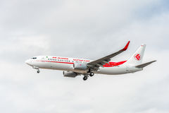 LONDRES, INGLATERRA - 22 DE AGOSTO DE 2016: Linhas aéreas Boeing 737 de 7T-VKO Air Algerie que aterra no aeroporto de Heathrow, L Fotografia de Stock Royalty Free