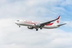 LONDRES, INGLATERRA - 22 DE AGOSTO DE 2016: Linhas aéreas Boeing 737 de 7T-VKO Air Algerie que aterra no aeroporto de Heathrow, L Imagens de Stock
