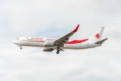 LONDRES, INGLATERRA - 22 DE AGOSTO DE 2016: Linhas aéreas Boeing 737 de 7T-VKO Air Algerie que aterra no aeroporto de Heathrow, L Fotografia de Stock