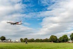 LONDRES, INGLATERRA - 22 DE AGOSTO DE 2016: Linhas aéreas Boeing 737 de 7T-VKO Air Algerie que aterra no aeroporto de Heathrow, L Imagens de Stock Royalty Free