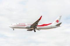 LONDRES, INGLATERRA - 22 DE AGOSTO DE 2016: Linhas aéreas Boeing 737 de 7T-VKO Air Algerie que aterra no aeroporto de Heathrow, L Fotos de Stock