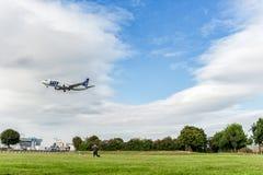 LONDRES, INGLATERRA - 22 DE AGOSTO DE 2016: Linhas aéreas Boeing 737 do LOTE de SP-LLE que aterra no aeroporto de Heathrow, Londr Foto de Stock Royalty Free