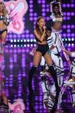 LONDRES, INGLATERRA - 2 DE DEZEMBRO: O cantor Ariana Grande executa durante o desfile de moda 2014 de Victoria's Secret Foto de Stock Royalty Free