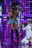 LONDRES, INGLATERRA - 2 DE DEZEMBRO: O cantor Ariana Grande executa na fase durante o desfile de moda 2014 de Victoria's Secret Foto de Stock Royalty Free