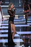 LONDRES, INGLATERRA - 2 DE DEZEMBRO: O cantor Taylor Swift executa na pista de decolagem durante o desfile de moda 2014 de Victor Fotografia de Stock Royalty Free