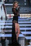 LONDRES, INGLATERRA - 2 DE DEZEMBRO: O cantor Taylor Swift executa na pista de decolagem durante o desfile de moda 2014 de Victor Imagem de Stock