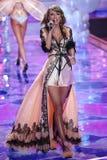 LONDRES, INGLATERRA - 2 DE DEZEMBRO: Perfoms de Taylor Swift do cantor na pista de decolagem durante o desfile de moda 2014 de Vi Foto de Stock