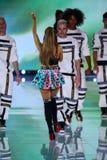 LONDRES, INGLATERRA - 2 DE DICIEMBRE: El cantante Ariana Grande se realiza durante el desfile de moda 2014 de Victoria's Secret Foto de archivo libre de regalías