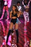 LONDRES, INGLATERRA - 2 DE DICIEMBRE: El cantante Ariana Grande se realiza en la etapa durante el desfile de moda 2014 de Victori Foto de archivo libre de regalías