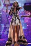 LONDRES, INGLATERRA - 2 DE DICIEMBRE: El cantante Taylor Swift se realiza en la pista durante el desfile de moda 2014 de Victoria Imagenes de archivo