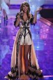 LONDRES, INGLATERRA - 2 DE DICIEMBRE: El cantante Taylor Swift se realiza en la pista durante el desfile de moda 2014 de Victoria Fotografía de archivo libre de regalías