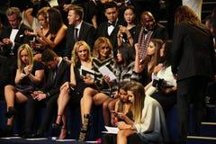 LONDRES, INGLATERRA - 2 DE DICIEMBRE: Las huéspedes asisten al desfile de moda 2014 de Victoria's Secret Front Row y a la recepci Fotografía de archivo libre de regalías