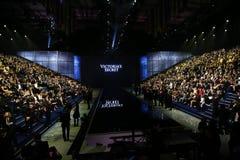 LONDRES, INGLATERRA - 2 DE DICIEMBRE: Las huéspedes asisten al desfile de moda 2014 de Victoria's Secret Front Row y a la recepci Imagenes de archivo