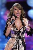 LONDRES, INGLATERRA - 2 DE DICIEMBRE: Perfoms de Taylor Swift del cantante en la pista durante el desfile de moda 2014 de Victori Fotos de archivo libres de regalías