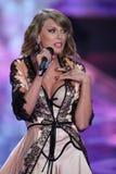 LONDRES, INGLATERRA - 2 DE DICIEMBRE: Perfoms de Taylor Swift del cantante en la pista durante el desfile de moda 2014 de Victori Imagen de archivo libre de regalías