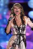 LONDRES, INGLATERRA - 2 DE DICIEMBRE: Perfoms de Taylor Swift del cantante en la pista durante el desfile de moda 2014 de Victori Foto de archivo