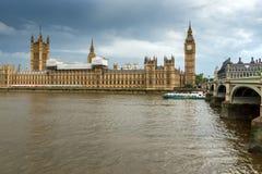 LONDRES, INGLATERRA - 16 DE JUNHO DE 2016: Casas do parlamento, palácio de Westminster, Londres, Inglaterra Foto de Stock