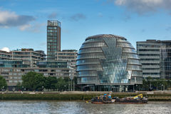 LONDRES, INGLATERRA - 15 DE JUNHO DE 2016: Câmara municipal da opinião da noite na cidade de Londres de Thames River, Grâ Bretanh Foto de Stock