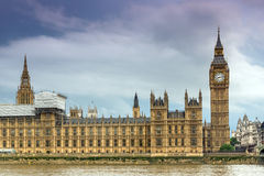 LONDRES, INGLATERRA - 16 DE JUNHO DE 2016: Opinião do por do sol das casas do parlamento, palácio de Westminster, Londres, Inglat Fotografia de Stock